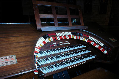 Click here to download a 1024 x 682 JPG image showing the keydesk of the 3/10 Mighty WurliTzer Theatre Pipe Organ installed at the Palace Theatre in Marion, Ohio.