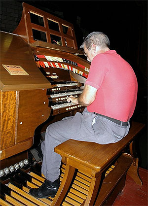 Click here to download a 735 x 1024 JPG image showing Tom Hoehn at the Palace 3/10 Mighty WurliTzer console.