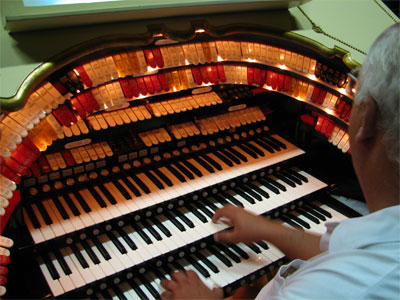 Click here to download a 2592 x 1944 JPG image showing ATOS President Bob Davidson the console of the 3/18 Mighty WurliTzer Theatre Pipe Organ.