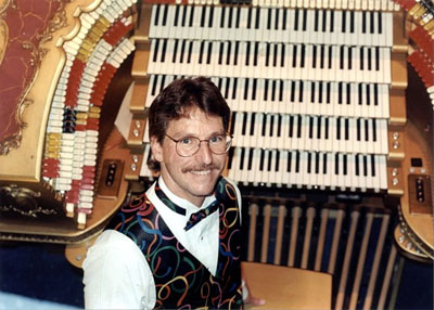 Click here to download a 728 x 520 JPG image of Dave Wickerham at the 5/80 Mighty WurliTzer.
