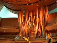 Click here to download a 2576 x 1932 pixel image of the Disney Auditorium showing the pipework of the  4/100 Pipe Organ Carlo Curley played on July 2, 2005.