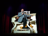 Click here to download a 2576 x 1932 pixel JPG image of Dan Bellomy at the 3/16 Style 260 Mighty WurliTzer Theatre Pipe Organ installed at San Gabriel Civic Auditorium.