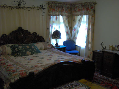 Click here to download a 2048 x 1536 JPG image showing Johnnie June Carter's master bedroom, a very cozy place to rest at the end of the day.