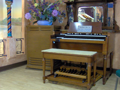Click here to download a 2048 x 1536 JPG image showing the Hammond B3 and Leslie speaker cabinet sitting to the right of the 3/12 Grande Page Theatre Pipe Organ console.