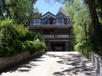 Click here to download a 2576 x 1932 JPG image of the front of John Ledwon's Agoura Organ House.