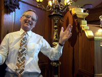 Click here to download a 2576 x 1932 JPG image of Len Rawle greeting the audience at John Ledwon's Agoura Organ House.