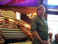 Click here to download a 2576 x 1932 JPG image of John Ledwon introducing England Theatre Pipe Organ legend, Len Rawle.