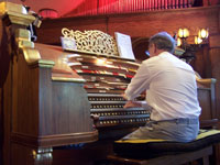 Click here to download a 2576 x 1932 JPG image of Len Rawle getting the concert underway at Agoura Organ House.