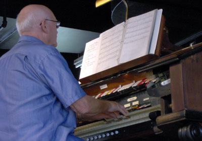 Click here to download a 1856 x 1256 JPG image showing George Loesinger at the console of the 2/9 Mighty WurliTzer Theatre Pipe Organ installed at the Pinellas Park Auditorium in Pinellas Park, Florida.