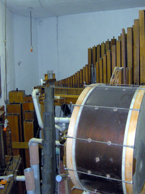 Click here to download a 1536 x 2048 JPG image showing the large bass drum in the Main chamber.