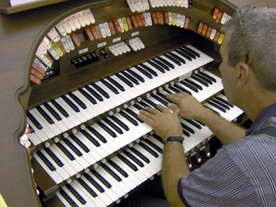 Click here to download a 2048 x 1536 JPG image of Tom Hoehn warming up for his Friday concerts at the console of the Mighty Allen MDS317EX Digital Theatre Organ.