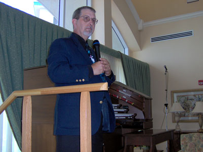 Click here to download a 2048 x 1536 JPG image of Tom Hoehn talking to the audience prior to the first show.