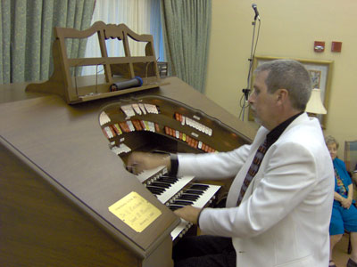 Click here to download a 2048 x 1536 JPG image of Tom Hoehn giving a wonderful performance at the Mighty Allen MDS317 Digital Theatre Organ.
