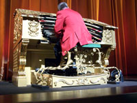 Click here to download a 2576 x 1932 JPG image of Walt Strony at the El Capitan 4/37 Mighty WurliTzer.